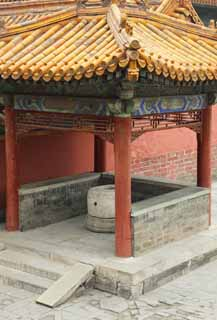 photo,material,free,landscape,picture,stock photo,Creative Commons,The well of the old palace, well, roof, I am painted in red, stone pillar